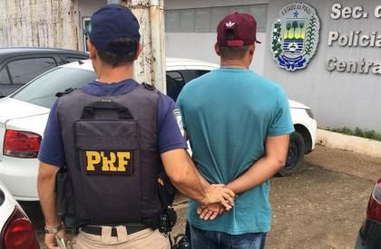 PRF prende homem com carteira de motorista falsa em...