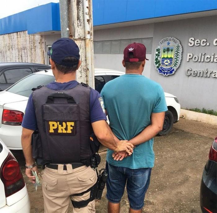 PRF prende homem com carteira de motorista falsa em Picos