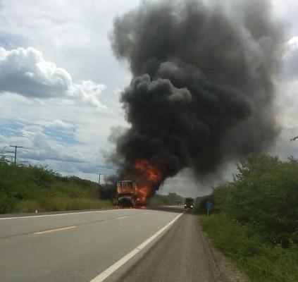 Caminhão carregado de material reciclável incendeia na...