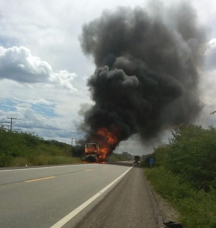 Caminhão carregado de material reciclável incendeia na BR-407