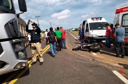Colisão entre motocicleta e caminhão deixa um homem morto...