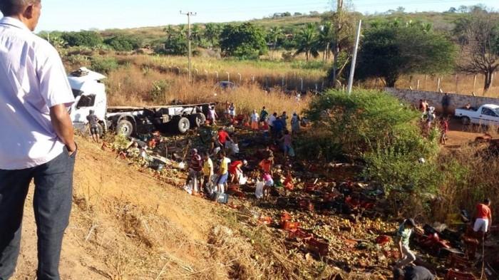 Caminhão com legumes tomba em ribanceira no sul do Piauí