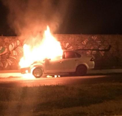 Carro fica destruído pelas chamas em avenida...