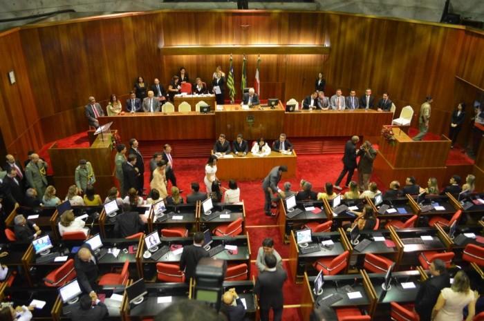 Deputados aprovam reajustes sob confusão e protestos na Alepi