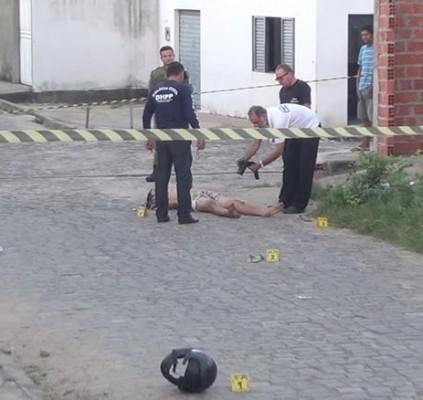 Homem é morto com facada no peito...