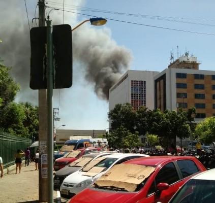 Incêndio em depósito atinge loja no centro...