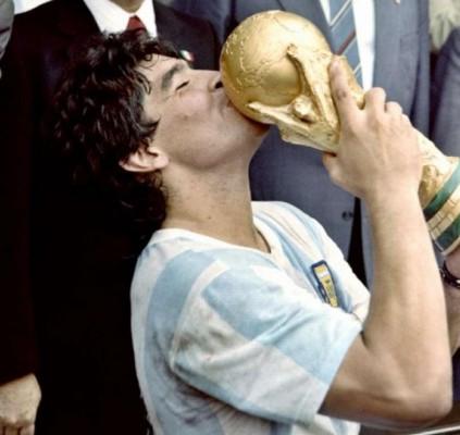 Maradona sai à frente de Pelé em...