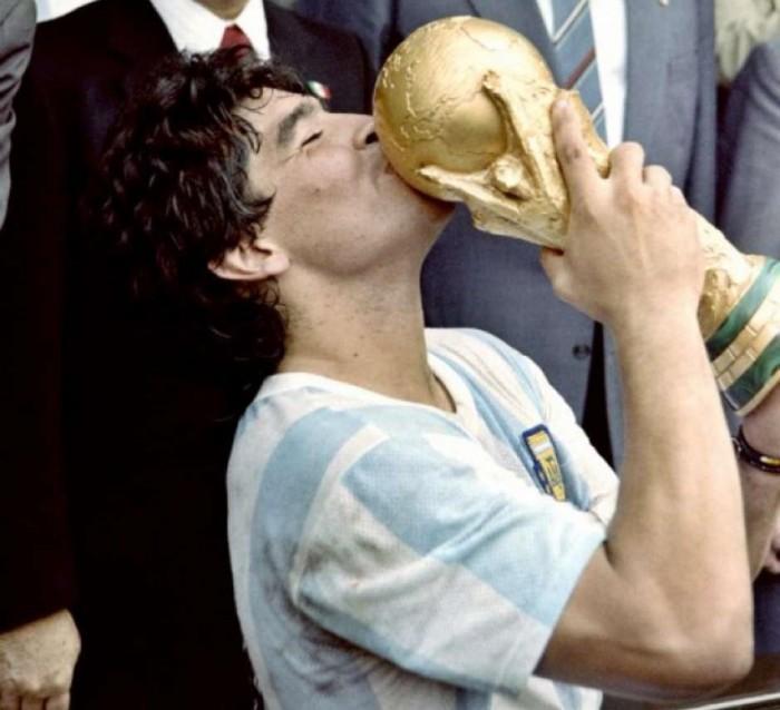 Maradona sai à frente de Pelé em ranking de revista