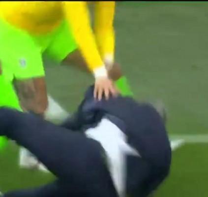 Tite cai durante comemoração de gol do...