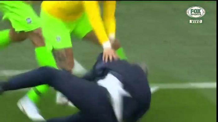 Tite cai durante comemoração de gol do Brasil na copa