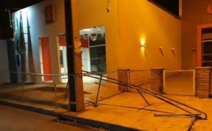 Bando invade e rouba cofre central do Bradesco de Altos