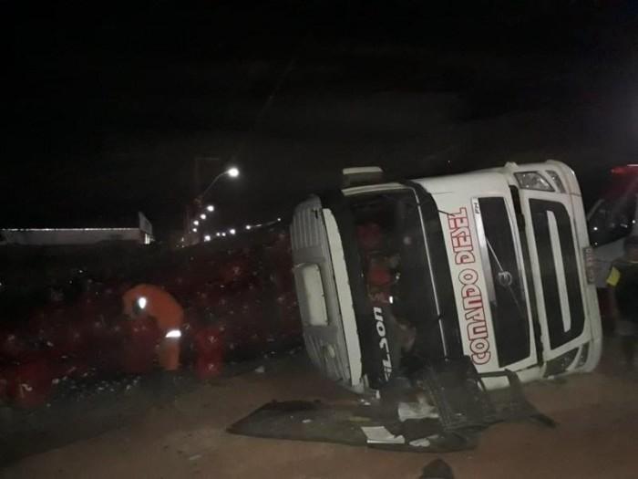 Caminhão de cervejas tomba e polícia impede saque da carga
