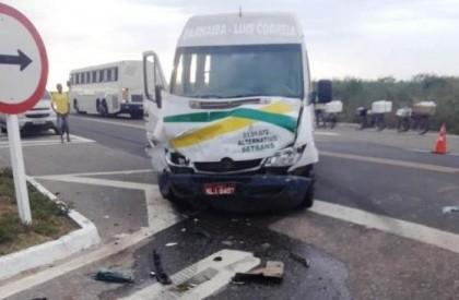 Mulher morre em acidente entre carro e van de...