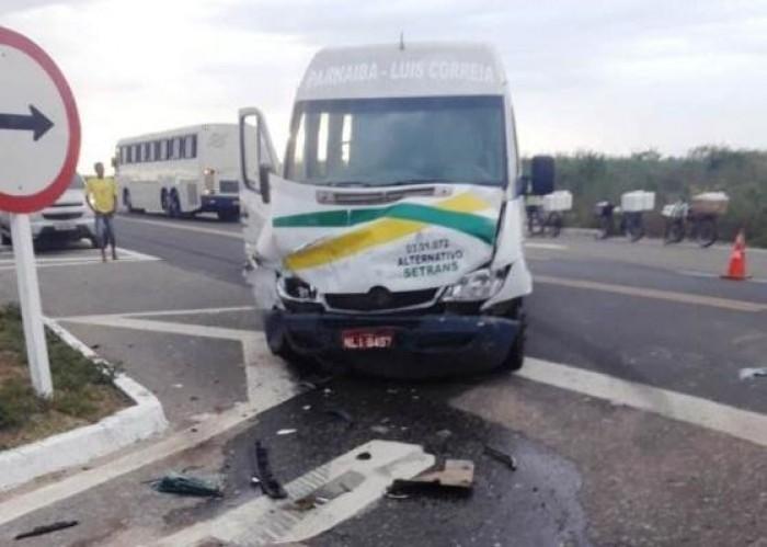 Mulher morre em acidente entre carro e van de passageiros no PI