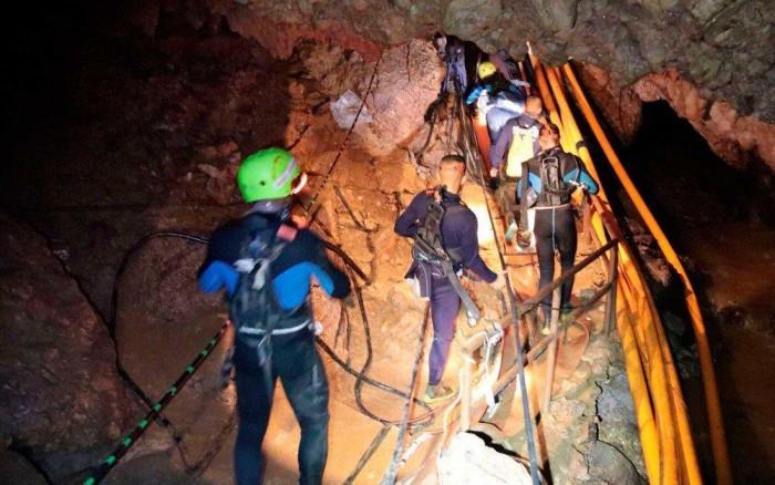 Todos os 12 meninos e técnico são resgatados de caverna