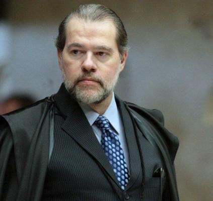 Toffoli cassa decisão de Moro e livra...