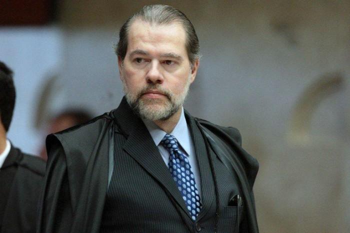 Toffoli cassa decisão de Moro e livra Dirceu de tornozeleira