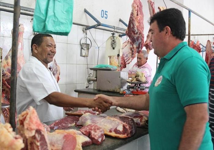 Edvan visita Mercado Público e firma compromisso com comércio local