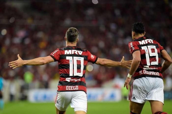 Flamengo bate Vitória e encosta no líder São Paulo