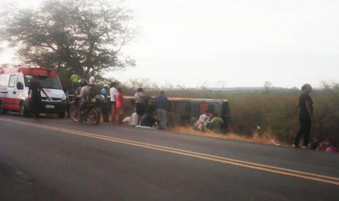 Ônibus com romeiros sofre acidente e uma pessoa morre na BR-135