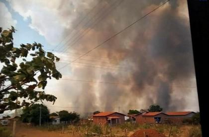 Incêndio ameaça casas e já dura 3 dias no interior do Piauí