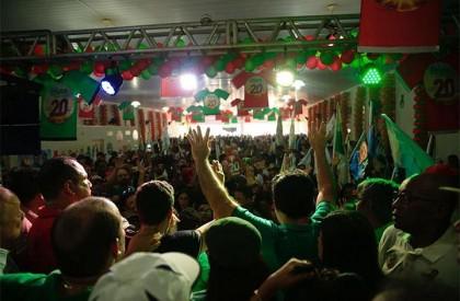 Multidão participa de inauguração de comitê do candidato Edvan...