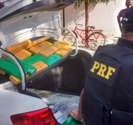 Polícia apreende drogas após perseguir carro de...