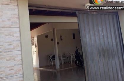 Bando invade residência e faz arrastão no interior do...