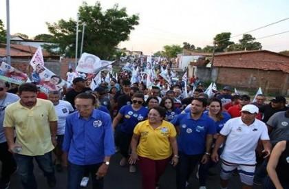 Caminhada de Professora Socorro arrasta multidão nas ruas de...