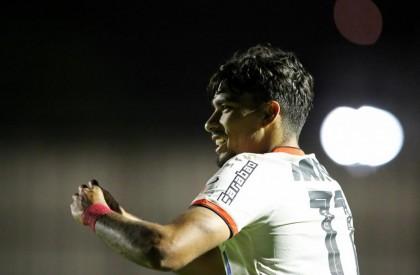 Flamengo goleia o Paraná e segue na cola do...