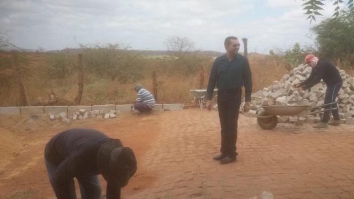 Padre Walmir visita obras e anuncia asfaltamento de ruas