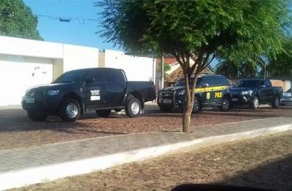 PRF e Gaeco cumprem mandados na casa do prefeito de Cocal