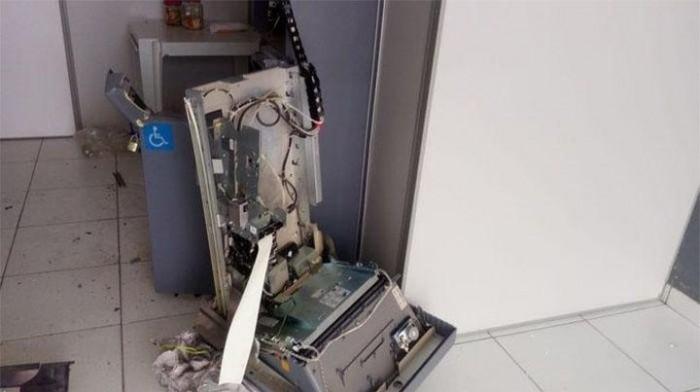 Bandidos invadem Banco Bradesco e arrombam caixa eletrônico