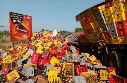 Caminhão carregado de cerveja tomba na BR 316