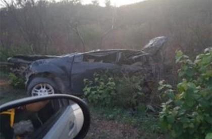 Carro capota e deixa quatro pessoas feridas na PI-143