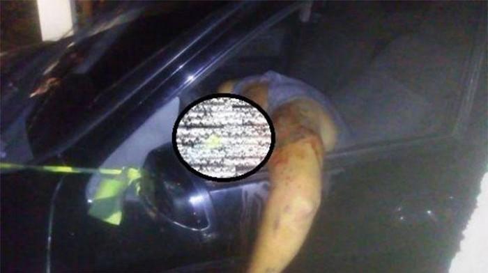 Homem é executado a tiros dentro de carro na garagem de casa