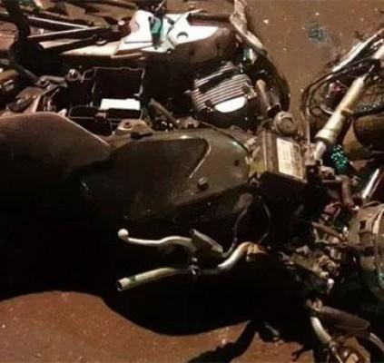 Homem morre após colidir motocicleta contra poste...