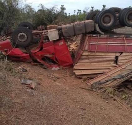 Motorista perde controle e caminhão carregado de...