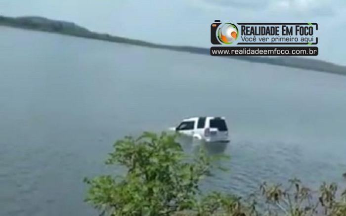 Motorista perde o controle de carro e cai dentro da Barragem do Bezerro