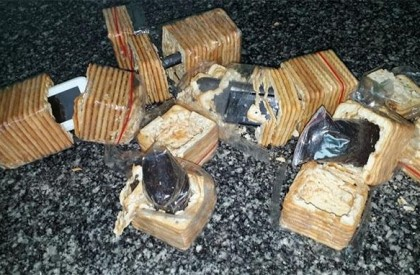 Mulher é presa tentando entrar em Penitenciaria com celulares em pacotes de biscoitos