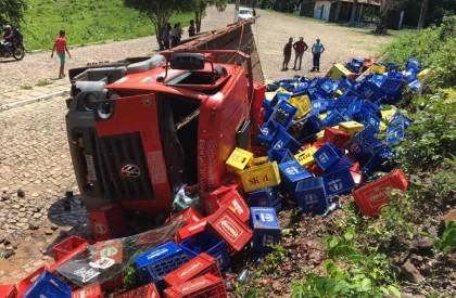 Caminhão carregado de cerveja tomba na PI-112