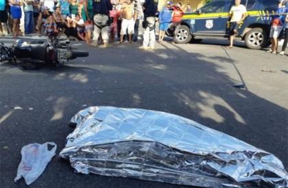 Colisão entre carro e moto deixa uma pessoa morta...