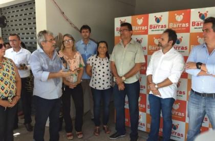 Prefeito entrega Centro de Comercialização do Artesanato e 15...