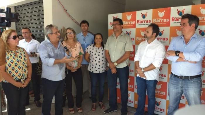 Prefeito entrega Centro de Comercialização do Artesanato e 15 veículos para secretarias