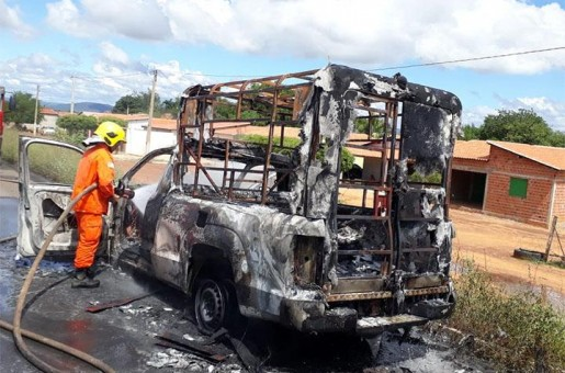 Ambulância incendeia próximo a cidade de Picos