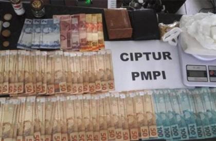Polícia prende três pessoas e apreende drogas, dinheiro e...