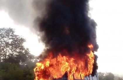 Ônibus escolar pega fogo na zona rural de Alto Longá
