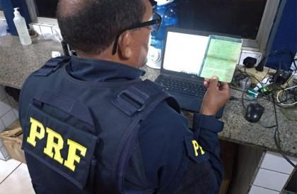 Polícia prende homem com documento de veículo falso