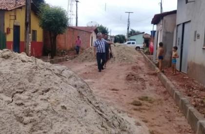 Barras: prefeito Carlos Monte fiscaliza andamento de obras no...