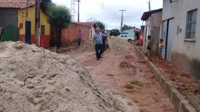 Barras: prefeito Carlos Monte fiscaliza andamento de obras no município
